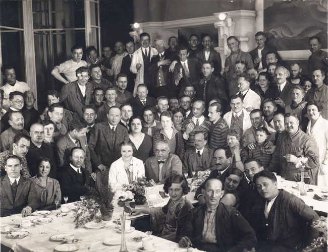 Das Film-Team zum Film Lotte (Henny Porten - mitte, vorn, weiss)